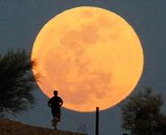 """Шесть суперлуний и серию """"кровавых лун"""" обещают астрономы в 2015 году"""