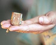 Японская типография издала самую маленькую в мире книгу<br />